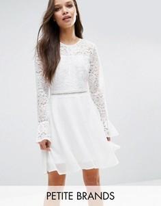 Приталенное платье с рукавами-клеш и кружевным лифом Boohoo Petite - Белый