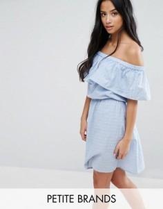 Платье с открытыми плечами и оборкой Vero Moda Petite - Синий