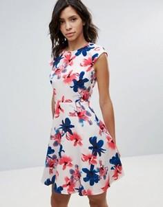 Короткое приталенное платье с цветочным принтом QED London - Белый