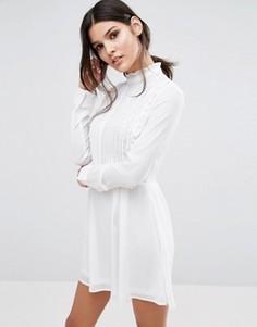 Короткое приталенное платье с высокой горловиной и складками Unique 21 - Кремовый