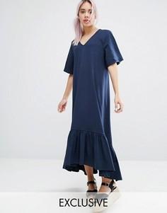 Платье с оборкой и V-образным вырезом Monki - Темно-синий