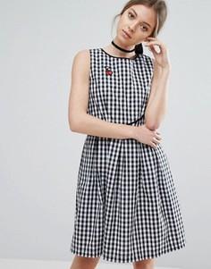 Клетчатое короткое приталенное платье с нашивкой в виде вишни Trollied Dolly - Черный