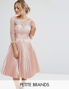 Платье с кружевным топом, широким вырезом и плиссированной юбкой Chi Chi Petite - Розовый