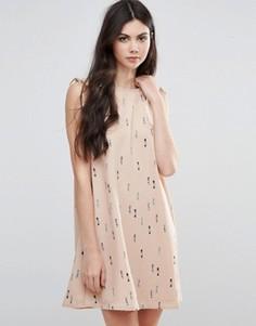Короткое приталенное платье с завязками и принтом Vila - Рыжий
