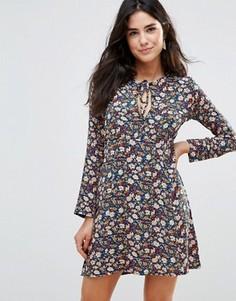 Чайное платье с вырезом капелькой на груди и цветочным принтом Wyldr Love Ready - Мульти