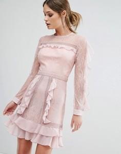 Платье мини с оборками на рукавах с прозрачными вставками True Decadence - Розовый