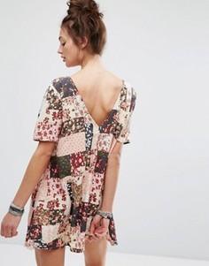 Платье с цветочным принтом в стиле пэтчворк и пуговицами на спине Motel - Розовый