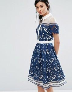 Кружевное премиум-платье со вставками и контрастным воротником Chi Chi London - Темно-синий