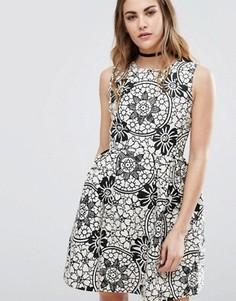 Короткое приталенное платье с цветочным принтом QED London - Черный