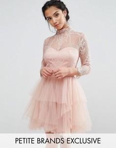 Кружевное платье мини для выпускного с ярусной юбкой Chi Chi London Petite - Розовый