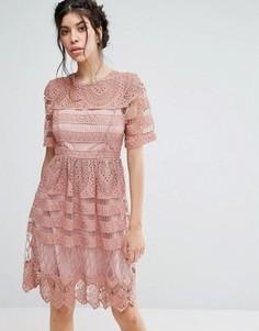 Короткое приталенное кружевное двухслойное платье Love Triangle - Розовый