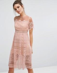 Кружевное приталенное платье с сетчатой отделкой Boohoo - Бежевый