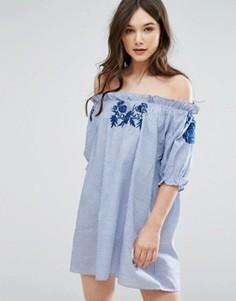 Платье в полоску с открытыми плечами и вышивкой QED London - Синий