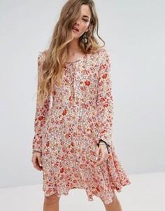 Короткое приталенное платье с цветочным принтом Glamorous - Белый