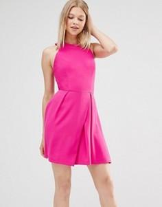 Короткое приталенное платье с решеткой из лямок на спине Adelyn Rae - Розовый