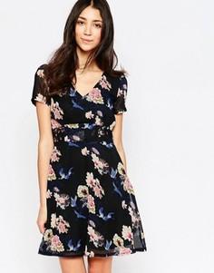 Короткое приталенное платье с принтом Yumi - Мульти