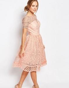 Кружевное платье с короткими рукавами Chi Chi London Premium - Розовый