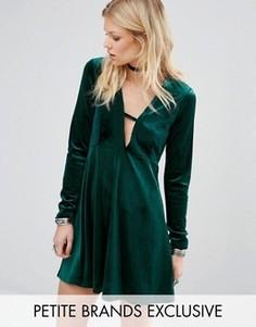 Бархатное приталенное платье с декольте и длинными рукавами Glamorous Petite - Зеленый