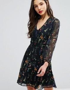 Короткое приталенное платье с глубоким вырезом и принтом New Look - Красный