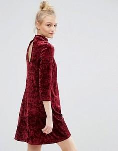 Короткое приталенное бархатное платье с вырезом капелькой Monki - Фиолетовый