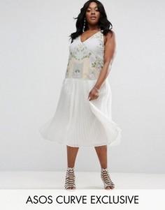 Платье с вышивкой и плиссированной юбкой ASOS CURVE - Кремовый