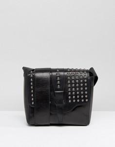 Черная сумка через плечо с заклепками на клапане Urbancode - Черный