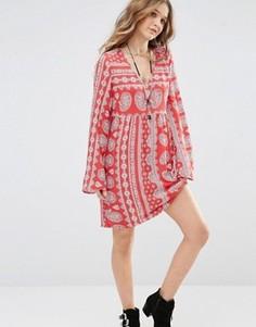 Свободное платье с V-образным вырезом, принтом пейсли и завязкой сзади Honey Punch - Красный