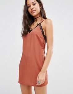 Атласное платье с кружевной отделкой Missguided - Бежевый
