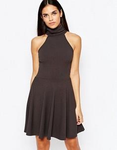 Короткое приталенное платье в рубчик с высокой горловиной Club L Essentials - Серый