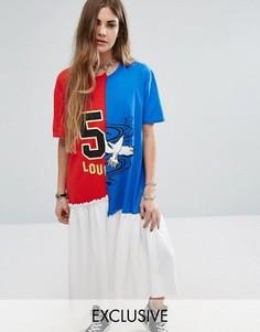 Платье-футболка с разделенным принтом в университетском стиле Reclaimed Vintage - Мульти