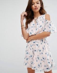 Розовое платье с открытыми плечами Moon River - Розовый