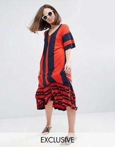 Платье в полоску с V-образным вырезом и оборкой по краю Monki - Мульти