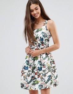 Короткое приталенное платье с цветочным принтом Darling - Белый