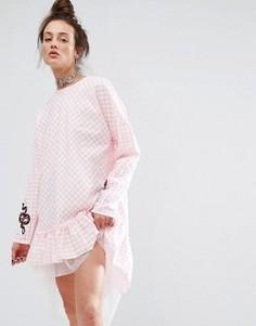 Платье в клеточку с нашивками The Ragged Priest - Розовый