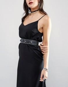 Кожаный ремень на талию с заклепками и декоративными кольцами Retro Luxe London - Черный