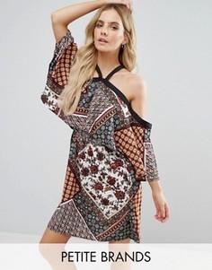 Платье с открытыми плечами и плиточным принтом Boohoo Petite - Мульти