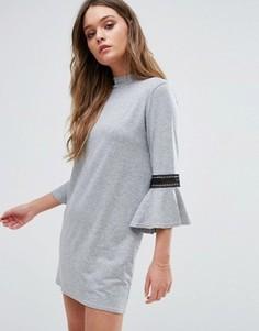 Цельнокройное платье с расклешенными рукавами Boohoo - Серый