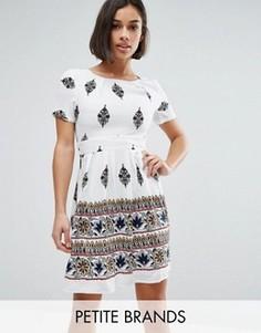 Короткое приталенное платье с принтом Yumi Petite - Белый