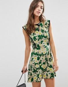 Короткое платье с цветочным принтом и контрастным кантом ASOS - Мульти