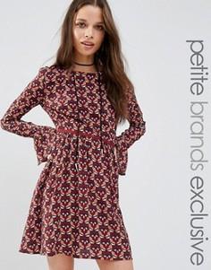Короткое приталенное платье с длинными рукавами и принтом Glamorous Petite - Мульти