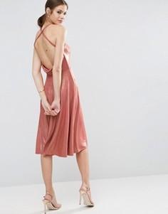 Приталенное платье миди с эффектом металлик и лямками на спине ASOS - Розовый