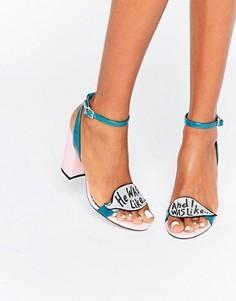 Сандалии на каблуке с отделкой блестками и надписями ASOS HARROW - Мульти