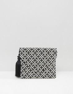 Клатч-конверт с геометрическим узором и помпоном Glamorous - Мульти