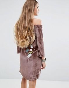 Бархатное платье с открытыми плечами и цветочной вышивкой Young Bohemians - Серый
