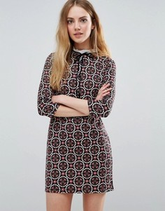 Платье с плиточным принтом и шнуровкой спереди QED London - Черный