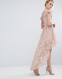 Кружевное асимметричное платье с открытыми плечами и оборкой Chi Chi London - Розовый