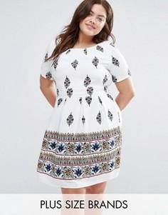Короткое приталенное платье с принтом Yumi Plus - Белый