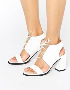 Кремовые сандалии на каблуке со змеиным принтом Glamorous - Белый