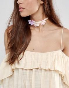 Ожерелье-чокер с цветами ASOS - Розовый