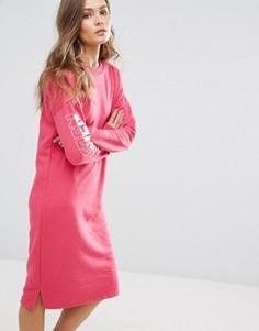 Трикотажное платье миди с надписью на рукаве New Look - Розовый